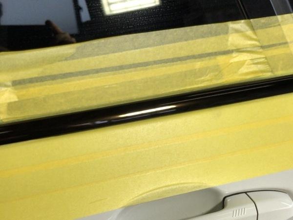 BMW X5のドアモールの磨きです。(シミの除去)